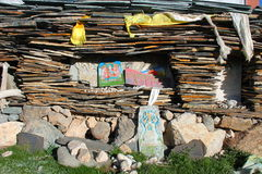 Pila de hojas de piedra con mantras en meseta tibetana Imagenes de archivo