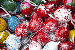 Pila de huevos de Pascua desde arriba como fondo Fotos de archivo