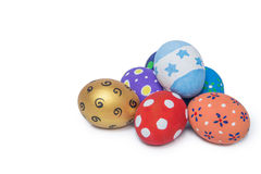 Pila de huevos de Pascua hechos a mano coloridos aislados en blanco Imagen de archivo libre de regalías