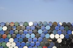 Pila de imagen de fondo del barril del tanque de aceite del grunge imagenes de archivo