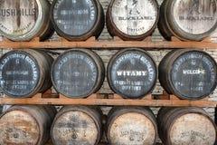 Pila de Johnnie Walker Jack Daniels Bushmills Whisky Barrel Fotografía de archivo