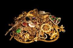 Pila de joyería del oro en negro Fotos de archivo libres de regalías