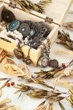 Pila de joyería vieja del vintage y de un reloj de bolsillo en un primer de la caja de madera Imagenes de archivo