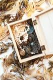 Pila de joyería vieja del vintage y de un reloj de bolsillo en un primer de la caja de madera Fotografía de archivo
