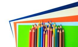 Pila de lápices del color en el papel del color Imagenes de archivo