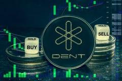Pila de la abolladura del cryptocurrency de la moneda de monedas y de dados La carta a comprar, venta del intercambio, se sostien imagen de archivo