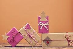 Pila de la artesanía de las cajas de regalo Año Nuevo 2016 en la madera Imagenes de archivo
