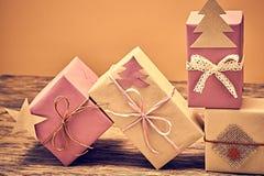 Pila de la artesanía de las cajas de regalo Año Nuevo 2016 en la madera Imagen de archivo libre de regalías
