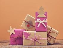 Pila de la artesanía de las cajas de regalo Año Nuevo 2016 en la madera Fotos de archivo libres de regalías
