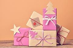 Pila de la artesanía de las cajas de regalo Año Nuevo 2016 en la madera Imágenes de archivo libres de regalías