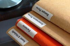 Pila de la carpeta en una mesa Fotos de archivo