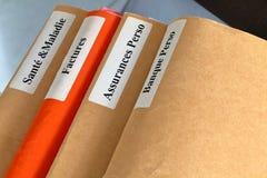 Pila de la carpeta en una mesa Fotografía de archivo libre de regalías