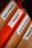 Pila de la carpeta en una mesa Imagen de archivo libre de regalías