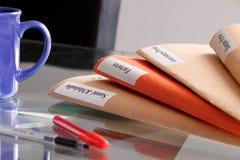 Pila de la carpeta en una mesa Fotos de archivo libres de regalías