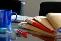 Pila de la carpeta en una mesa con el teclado Foto de archivo libre de regalías
