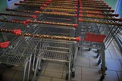 Pila de la carretilla para los productos en el supermercado fotografía de archivo libre de regalías