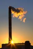 Pila de la fábrica (humo) con la contaminación Foto de archivo