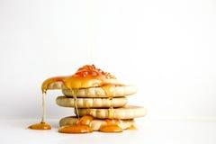 Pila de la galleta de la galleta con el goteo de la miel abajo Fotos de archivo libres de regalías
