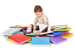 Pila de la lectura del niño de libros. Imagenes de archivo