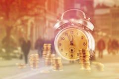 Pila de la moneda y reloj de oro del vintage Fotografía de archivo libre de regalías