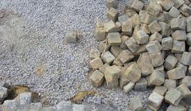 Pila de la piedra del adoquín en un emplazamiento de la obra Fotos de archivo libres de regalías