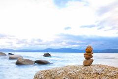Pila de la piedra del zen de la orilla Fotografía de archivo libre de regalías