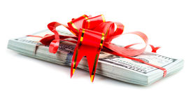 Pila de la prima de la Navidad de efectivo con el arco rojo fotografía de archivo libre de regalías