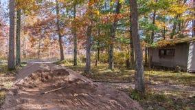 Pila de la roca machacada con la pala con la vertiente rústica en el fondo - proyecto del camino rural y de la trayectoria que ca imagenes de archivo