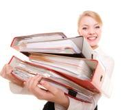 Pila de la tenencia de la mujer de negocios de documentos de las carpetas Foto de archivo libre de regalías