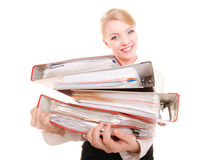 Pila de la tenencia de la mujer de negocios de documentos de las carpetas Imagen de archivo libre de regalías