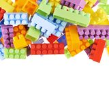 Pila de ladrillos coloridos de la construcción del juguete Imagenes de archivo
