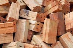 Pila de ladrillos rojos viejos para la construcción Imagen de archivo libre de regalías