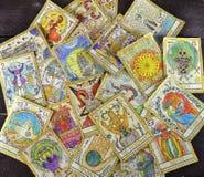Pila de las cartas de tarot en la tabla Imagen de archivo libre de regalías