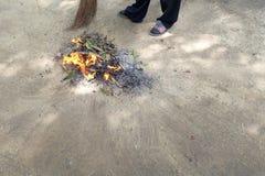 Pila de las hojas del barrido y de las hojas de la quemadura Foto de archivo libre de regalías