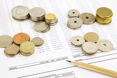 Pila de las monedas del mundo en la cuenta de financiación que resume para c financiera Fotos de archivo libres de regalías