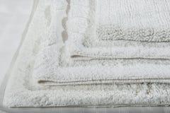 Pila de las servilletas de lino del algodón de la galleta hecha a mano, toallas en el fondo de lino blanco diversos colores Fabr  imágenes de archivo libres de regalías