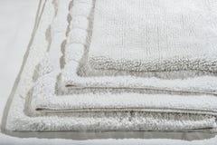 Pila de las servilletas de lino del algodón de la galleta hecha a mano, toallas en el fondo de lino blanco diversos colores Fabr  Imagenes de archivo