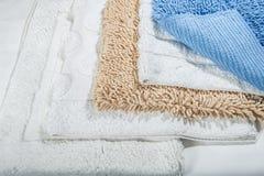 Pila de las servilletas de lino del algodón de la galleta hecha a mano, toallas en el fondo de lino blanco diversos colores Fabr  Foto de archivo