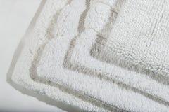 Pila de las servilletas de lino del algodón de la galleta hecha a mano, toallas en el fondo de lino blanco diversos colores Fabr  fotografía de archivo libre de regalías