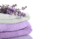 Pila de las toallas de terry con las flores de la lavanda Fotos de archivo libres de regalías
