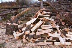 Pila de leña con el hacha Preparación para el invierno en el pueblo Imagen de archivo libre de regalías