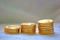 Pila de levantamiento de monedas de oro Fotografía de archivo libre de regalías
