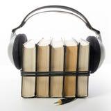 Pila de libro audio de libros del libro encuadernado y de lector electrónico Concepto electrónico de la biblioteca De nuevo a esc Imágenes de archivo libres de regalías