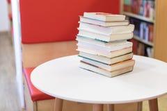 Pila de libro en el escritorio blanco foto de archivo libre de regalías