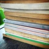 Pila de libro viejo en el escritorio de madera espina dorsal en blanco fotografía de archivo