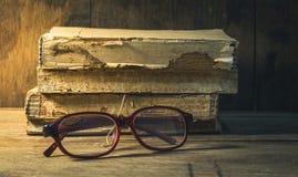 Pila de libro viejo y de lentes Fotografía de archivo libre de regalías