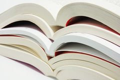 Pila de libros abiertos Fotos de archivo libres de regalías