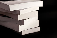Pila de libros aislados en negro Imágenes de archivo libres de regalías