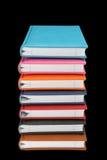Pila de libros coloridos imágenes de archivo libres de regalías
