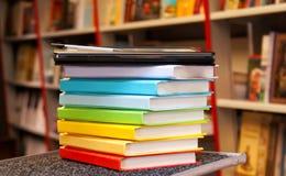 Pila de libros coloridos con el programa de lectura del e-libro Imágenes de archivo libres de regalías